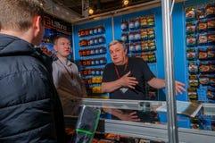 Moscou, Russie - 25 février 2017 : Vendeur de deux professionnels des attirails de pêche sur le fond de l'étalage et de l'acheteu Photo stock