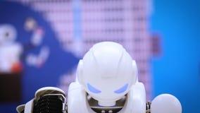 MOSCOU, RUSSIE - 25 JANVIER 2018 : Danse de robot de humanoïde Fermez-vous de l'exposition futée de danse de robot Représentation