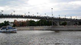 Moscou, Russie - 25 juillet 2017 Bateaux naviguant sur la rivière de Moskva sous le pont patriarcal banque de vidéos