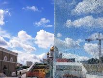 Moscou, Russie - juillet 2018 : Demi vue par le verre cassé de la cathédrale du Christ le sauveur photographie stock