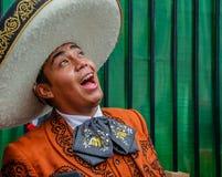 Moscou, Russie - 7 juillet 2018 : Le mariachi mexicain de musicien de rue dans les vêtements et le sombrero traditionnels chante  image stock