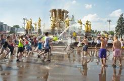 MOSCOU, RUSSIE - 3 JUILLET : les jeunes à l'amitié de fontaine des personnes VDNKH Images stock