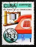 MOSCOU, RUSSIE - 15 JUILLET 2017 : Un timbre imprimé au Cuba montre le te Photos libres de droits