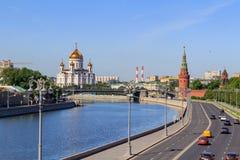 Moscou, Russie - 3 juin 2018 : Cathédrale du Christ le sauveur à Moscou sur un fond de remblai de Kremlevskaya à ensoleillé photographie stock libre de droits