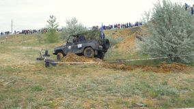 Moscou, Russie 9 juin : Course de SUVs sur la saleté Conducteur concurrençant en concurrence 4x4 tous terrains SUV conduisant par Photos stock