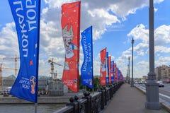 Moscou, Russie - 3 juin 2018 : Drapeaux de ondulation avec des symboles de la coupe du monde de la FIFA Russie 2018 sur le pont s Photos stock