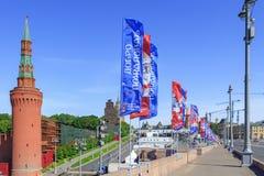 Moscou, Russie - 3 juin 2018 : Drapeaux de ondulation avec des symboles de la coupe du monde de la FIFA Russie 2018 sur le pont s Image libre de droits