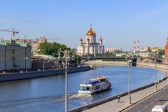 Moscou, Russie - 3 juin 2018 : Embarcation de plaisance flottant sur la rivière de Moskva contre la cathédrale du Christ le sauve photographie stock