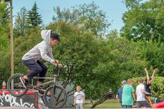 Moscou, Russie - 21 juin 2018 : Jeune homme avec un vélo sautant dessus images libres de droits