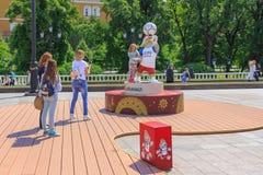 Moscou, Russie - 3 juin 2018 : La petite fille a photographié avec le symbole officiel du loup 2018 de la Russie de coupe du mond images stock