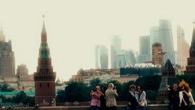 MOSCOU, RUSSIE - 11 juin 2017 Les touristes font des photos et des selfies près de Kremlin, point de repère russe célèbre Photographie stock libre de droits