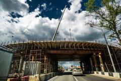 Moscou, Russie - 5 juin 2015 passage supérieur en construction au-dessus de route de Léningrad contre le ciel orageux photos stock
