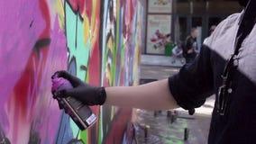 MOSCOU, RUSSIE - 6 JUIN 2015 : Peinture au pistolet d'artiste de graffiti le mur Mouvement lent banque de vidéos