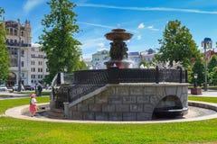 Moscou, Russie - 3 juin 2018 : Petite fille près de Vitali Fountain sur la place de révolution un matin ensoleillé d'été Photographie stock