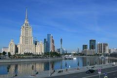 Moscou, Russie - 16 juin 2018 : Rivière de Moscou et ses remblais pendant le début de la matinée photo stock
