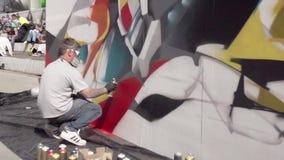 MOSCOU, RUSSIE - 6 JUIN 2015 : Séance d'artiste de graffiti, peinture au pistolet le mur Mouvement lent banque de vidéos