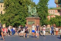 Moscou, Russie - 28 juin 2018 : Touristes marchant contre le monument à Minin et à Pozharsky sur la place rouge à Moscou un été e Images stock