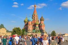 Moscou, Russie - 28 juin 2018 : Touristes sur un fond de cathédrale du ` s de St Basil sur la place rouge dans la soirée ensoleil Photographie stock