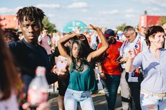 MOSCOU, RUSSIE - JUIN 2018 : Une fille afro-américaine danse dans une zone de fan pendant la coupe du monde image libre de droits