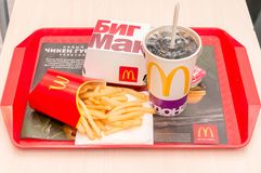 Moscou, Russie, le 15 mars 2018 : Menu, pommes frites et coca-cola d'hamburger de Mac du ` s de McDonald grands Photographie stock libre de droits