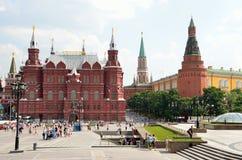 Moscou, Russie, les gens marchant sur le musée proche carré d'histoire de Manezhnaya Photos stock