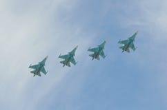 Moscou, Russie, mai, 09, 2015 Avions de vol au-dessus de place de Rred à Moscou Photographie stock
