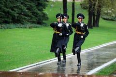 MOSCOU, RUSSIE - 8 MAI 2017 : Changement horaire de la garde présidentielle de la Russie à la tombe du soldat inconnu et de la fl Photo stock