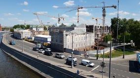 Moscou, Russie - 12 mai 2018 Chantier de construction avec des grues sur l'île Baltschug banque de vidéos
