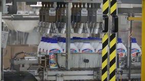 Moscou, Russie - mai 2017 : Détergent liquide sur la chaîne de production automatisée clip Chaîne de production pour la productio Images stock