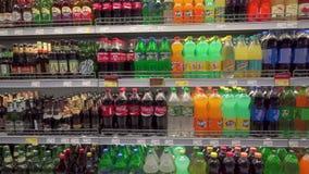 MOSCOU, RUSSIE - 21 mai 2017 : divers genres de boissons froides dans un je-favori de supermarché banque de vidéos