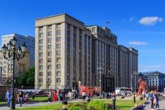 Moscou, Russie - 27 mai 2018 : Douma d'état de la Fédération de Russie sur la rue d'Okhotnyy Ryad Vue de place de Manezhnaya photos libres de droits