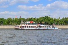 Moscou, Russie - 30 mai 2018 : Embarcation de plaisance sur le fond du remblai de Luzhnetskaya de la rivière de Moskva dans le jo Photos libres de droits