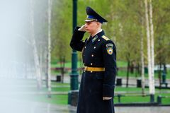 MOSCOU, RUSSIE - 8 MAI 2017 : Garde du régiment présidentiel de la Russie près de la tombe du soldat inconnu et de la flamme éter Photo stock