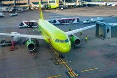 MOSCOU, RUSSIE - 28 mai 2017 : L'avion est sous le chargement dans l'aéroport de Domodedovo L'aéroport international de Domodedov Photo libre de droits