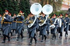 MOSCOU, RUSSIE - 8 MAI 2017 : La bande exemplaire militaire de la garde d'honneur à l'événement solennel à la tombe du soldat inc Images libres de droits