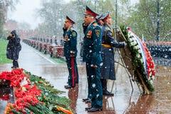 MOSCOU, RUSSIE - 8 MAI 2017 : Le ministère de secours de la délégation de la Russie a étendu une guirlande à la tombe du soldat i Photographie stock