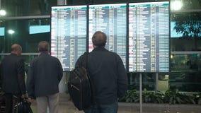 Moscou, Russie - 6 mai 2019 : Les gens attendent le départ dans l'aéroport, panneau de départ, horaire électronique d'aéroport clips vidéos