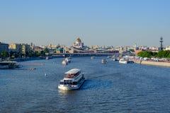 Moscou/Russie - 26 mai 2018 : Paysage de ville avec la vue sur le reka de Moskva de rivière de Moscou avec les embarcations de pl images libres de droits