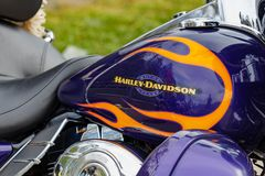 Moscou, Russie - 4 mai 2019 : Réservoir de carburant bleu brillant avec l'emblème de motos de Harley Davidson et le plan rapproch image stock