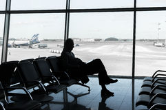Moscou, Russie - 25 mars 2017 : Équipez se reposer à l'aéroport et apprécier son livre tout en attendant le débarquement Images libres de droits