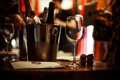 Moscou, Russie 30 mars 2019 : ?chantillon de vin : supports en verre vides sur la table de d?gustation ? c?t? des brochures, des  image stock