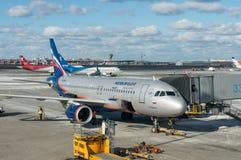 Moscou, Russie - 25 mars 2017 entretien des avions à l'aéroport du ` s Sheremetyevo de Moscou Photographie stock libre de droits