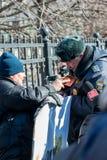 L'activiste montre son passeport au policier Image libre de droits