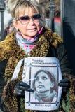 L'activiste russe tient la plaquette avec le portr de Nadezhda Tolokonnikova Photographie stock libre de droits