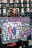 L'activiste tenant la plaquette lit «l'émeute libre de chat» sur le piquet au franc Photo libre de droits