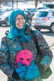 L'activiste tient le masque, le symbole de l'émeute de chat sur le piquet à f Photographie stock libre de droits