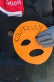 L'activiste tient le masque, le symbole de l'émeute de chat sur le piquet à f Image stock