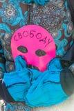 L'activiste tient le masque, le symbole de l'émeute de chat sur le piquet à f Photo stock