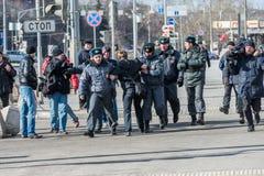 La police arrête un des activistes sur le piquet pour libérer l'émeute de chat Photo libre de droits