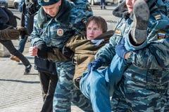 La police arrête un des activistes sur le piquet pour libérer l'émeute de chat Images libres de droits